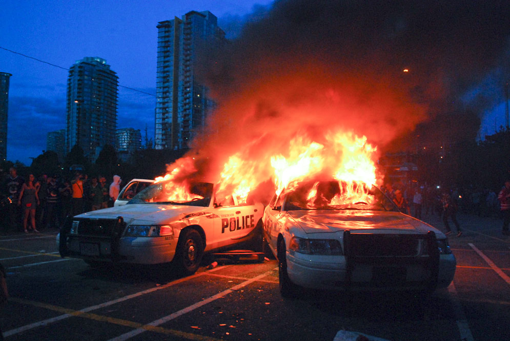 http://www.matt-gibson.org/wp-content/gallery/11.06/vancouver_riot/vancouver_riots_buring_police_cars_3.jpg