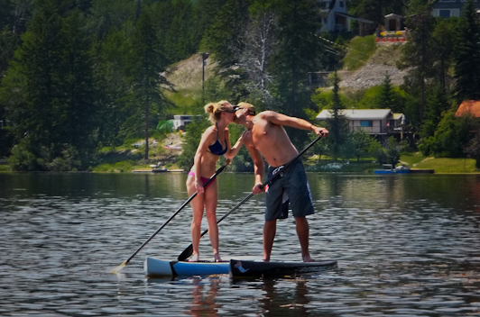 stand up paddle board couple kissing