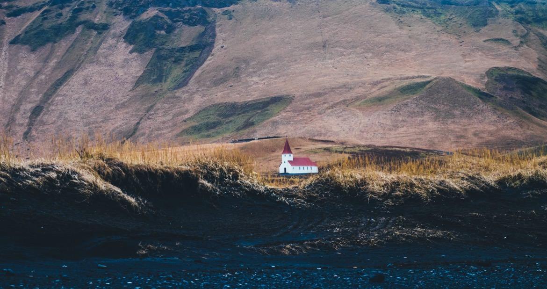 23_iceland_red_roof_landscape